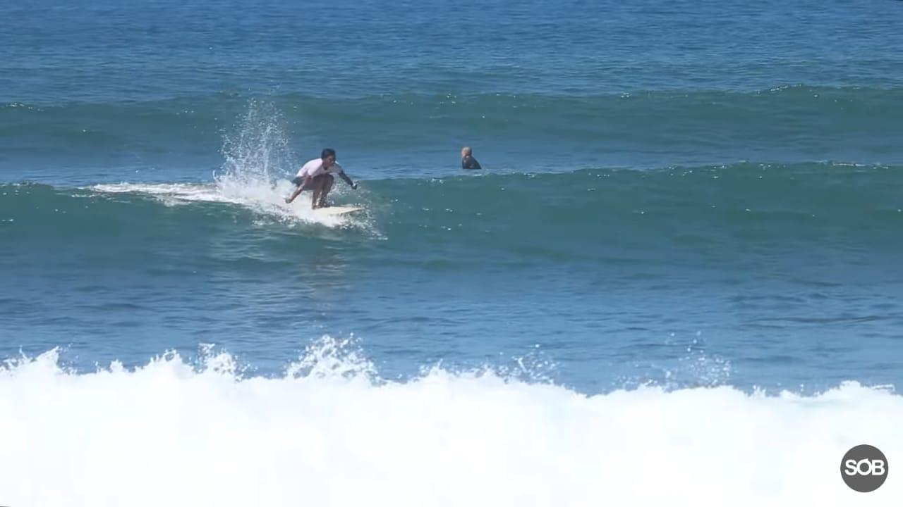 Selancar tetap Gencar Tantang Ombak di Pantai