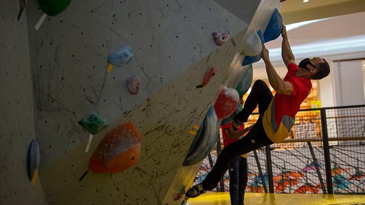 Persiapan PON, Atlet Panjat Tebing Papua Berlatih di Mall FX